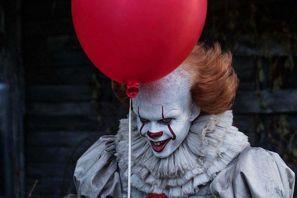 Pennywise segurando um balão vermelho